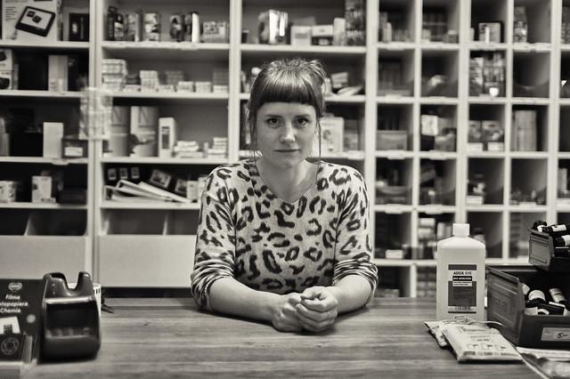 Laurie nel suo negozio di fotografia analogica a Berlino
