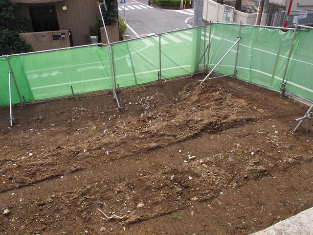 切通しの坂 電柱の角 赤土 2015/0412