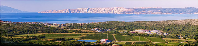 Ranojutarnji pogled na Novi Vinodolski i poljoprivredno gospodarstvo Pavlomir