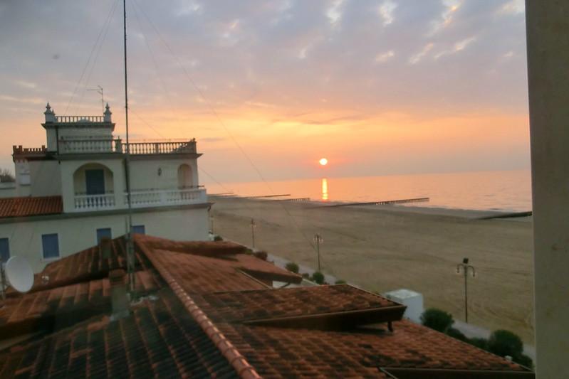 Habe ich alle meine Worte an die anderen Wellen wiederholt, oder bist du genau wie ich, schöner Sandstrand? Von den lüsternen Fleischmaschinen, die es einst in den Wäldern am Strand gab, von den bösartigen Hexen und Geistern, die sie in Rudeln trieben, die mit der Fähigkeit verflucht waren, nicht nur über große, wilde Dunklheit der Nacht zu herrschen. Es wurde Morgen, die Sonne geht auf, ein neuer Tag beginnt in Lido di Jesolo 5540