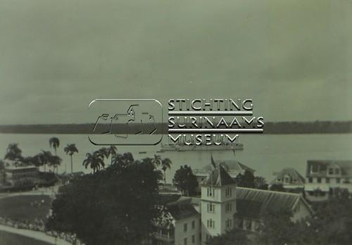 Uitzicht op Surinamerivier met stoomschip | by Stichting Surinaams Museum