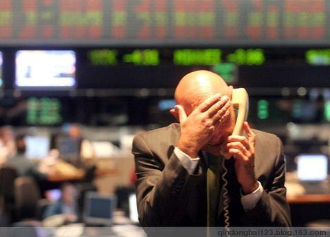 圖02亞洲金融風暴下焦急的金融交易員