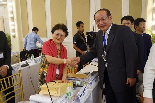 圖08莊理事長與日本UAZ同盟國際部長鄉野晶子小姐合影