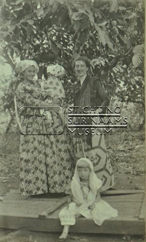 Groepsportret twee vrouwen, twee kinderen | by Stichting Surinaams Museum