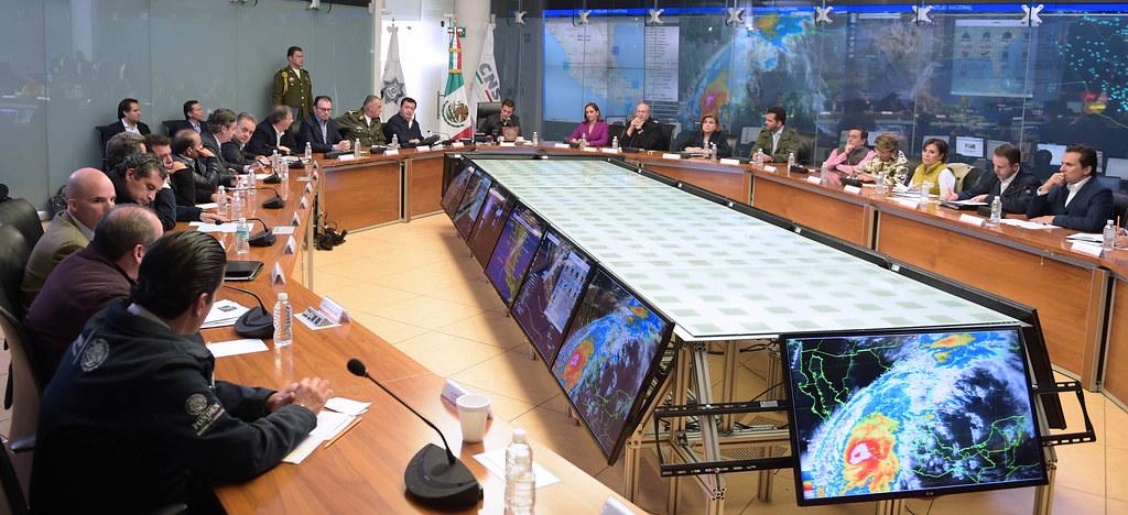 Reunión con el Gabinete para evaluar efectos del Huracán Patricia.