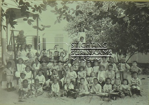 Groepsfoto kinderen | by Stichting Surinaams Museum