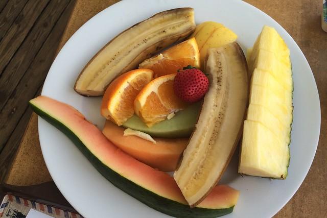 木, 2015-05-14 07:55 - パパイヤ、バナナ、メロン2種、パイナップル、オレンジ、イチゴ、梨のような果物