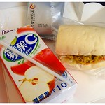 朝食 Breakfast served to seat 15F aboard TransAsia Airways (復興航空) flight GE681 en route from Naha Airport (那覇空港) to Táiwān Táoyuán International Airport (臺灣桃園國際機場)