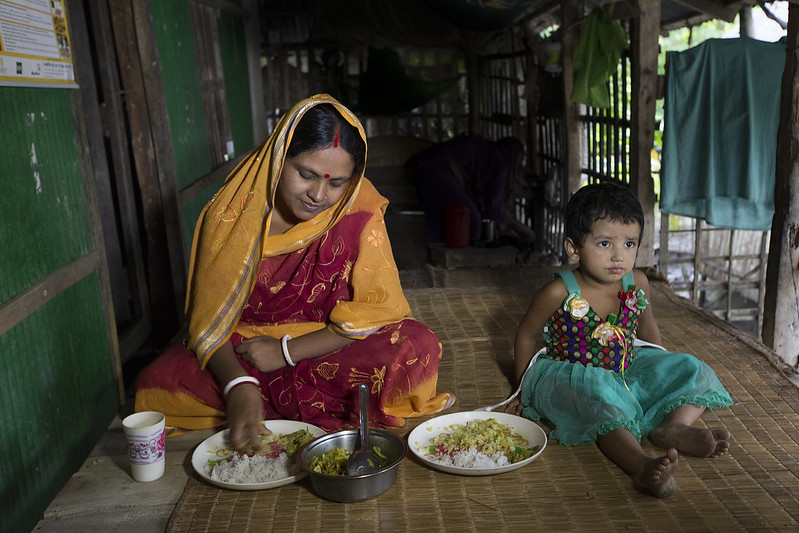 A woman and her daughter eating a healthy diet in Khulna, Bangladesh. Photo by Yousuf Tushar.
