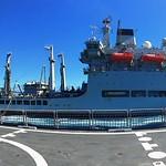El Rayo con el RFA Wave Ruler durante un aprovisionamiento en la mar