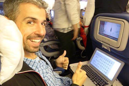 Javi aprendiendo japonés (Katakana) en el avión | by TiempoDeAventuras.com