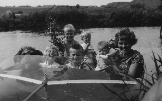 1962 - 06 - Keith in Ingerbell (River Stour) w family