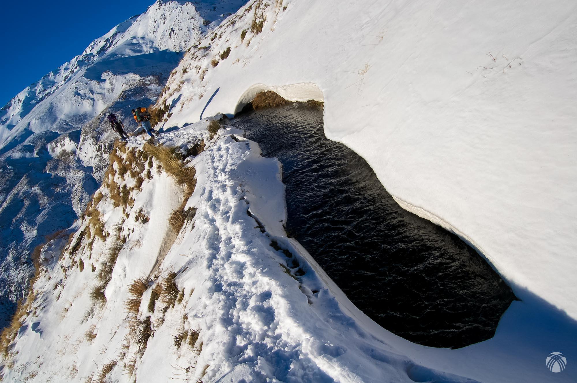 Detalle de la acequia y la cantidad de nieve