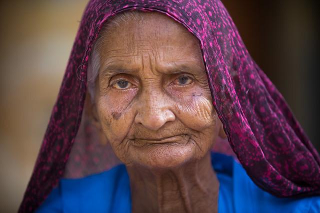 Inde: vieille dame à Jaisalmer (Rajasthan).