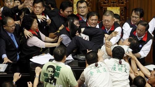圖04  2010年7月8日立法院藍綠兩黨圍繞兩岸經濟合作架構協議討論時發生肢體衝突。