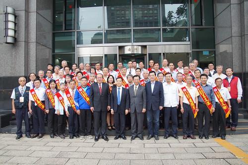 圖01莊理事長,勞動部陳部長等與會佳賓與105年模範勞工合影