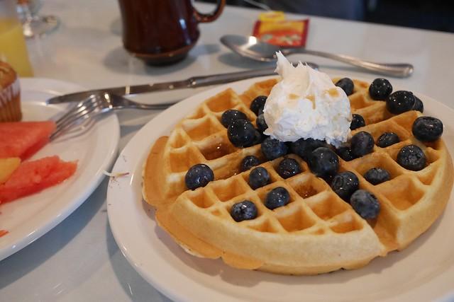 水, 2015-07-22 10:39 - The Crossingの朝食(セルフのワッフル)