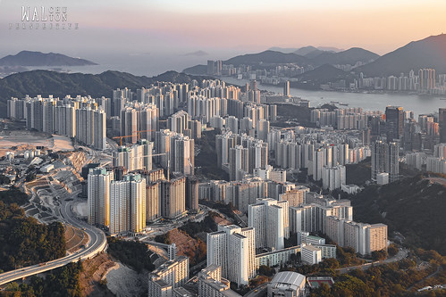 hongkong hk hongkonger mountain hills sunset bright light kowloon victoria harbour home house buildings concrete jungle