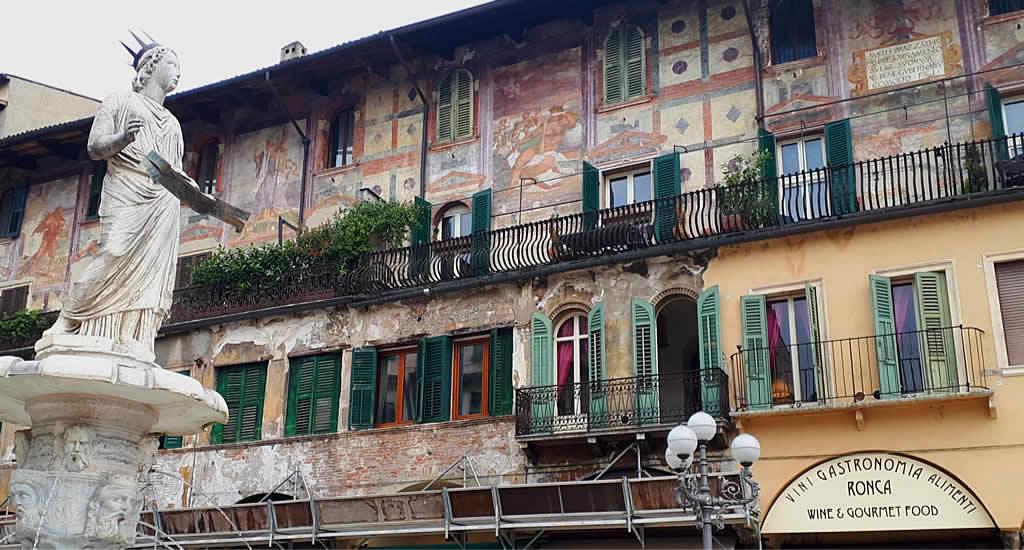 Fresco's op Piazza delle Erbe | Mooistestedentrips.nl
