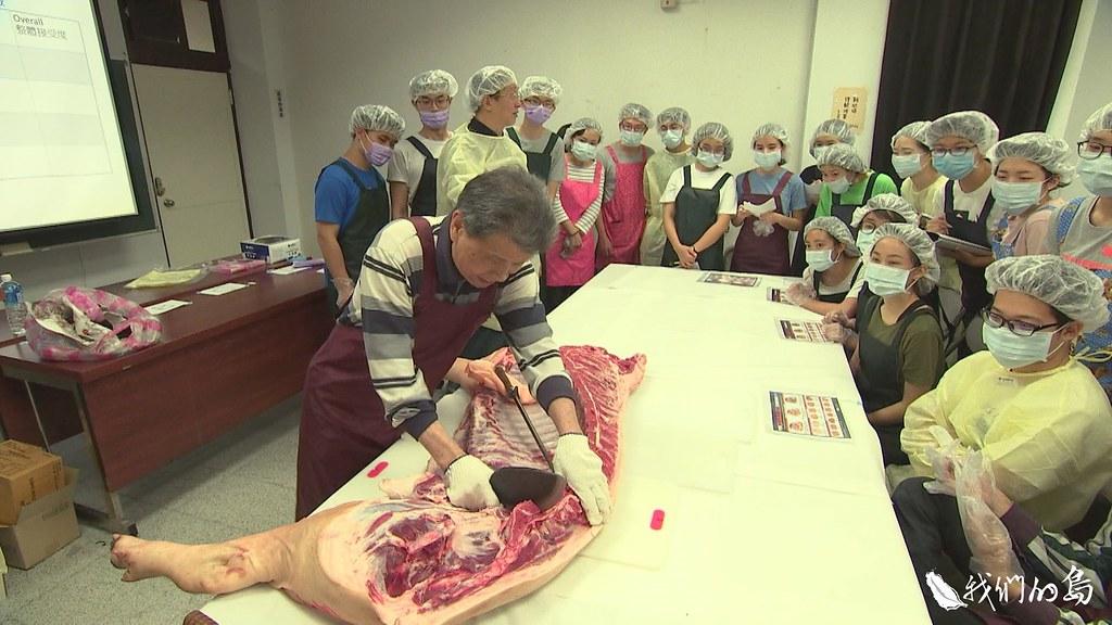 999-1- (34)台灣大學教授朱有田在課堂上,帶著學生學習如何品評黑豬肉。