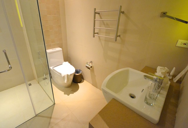 ferra hotel and garden suites toilet and bath