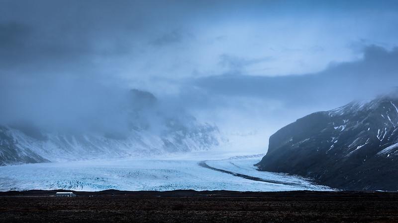 Maisonnette au bord d'un glacier