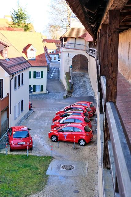 Rote Autos an der Stadtmauer