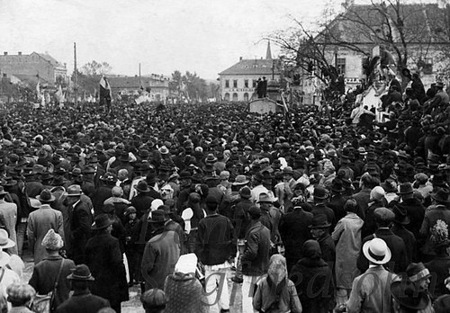 Alba Iulia, ROMÂNIA (6 mai 1928). Iuliu Maniu și Ion Mihalache organizează marșul asupra Bucureștiului, care trebuia să pornească de la Alba Iulia pentru răsturnarea prin forță a guvernului liberal și aducerea dezertorului Carol 2 la cârma țării.