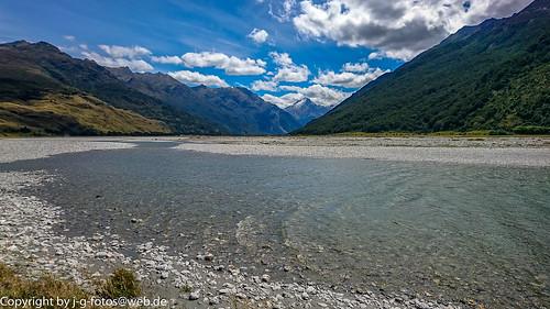 bergkette clouds himmel landscape landschaft makaroa makaroariver mountainrange natur nature neuseeland newzealand river sky southisland südinsel water wolken