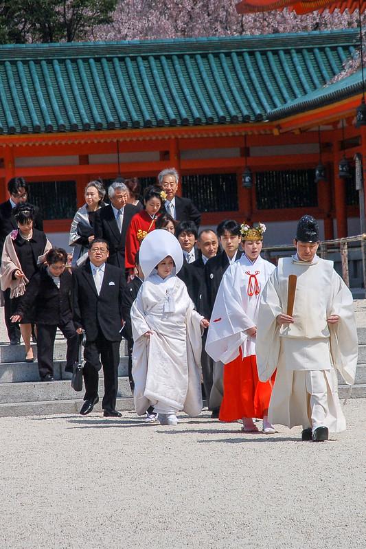 剛完成結婚儀式的新人正前往拍攝婚照 1