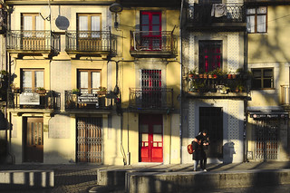 Warm light, cold day #portugal #porto #street #t3mujinpack | by t3mujin