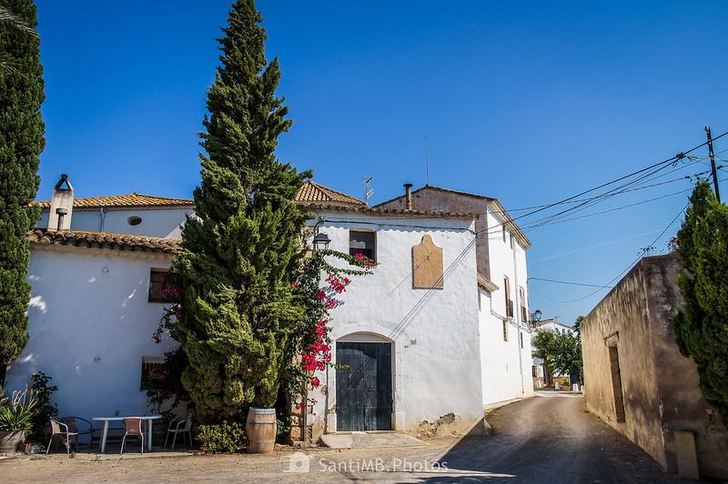 Casa de delante de la Torre de Viladellops con reloj de rol