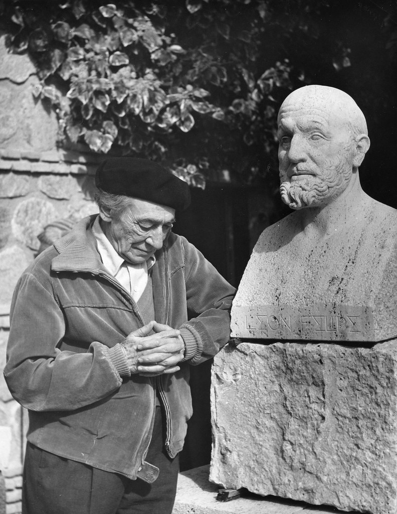 Victorio Macho junto al busto de León Felipe en Roca Tarpeya en 1962. Foto de Leandro de la Vega. Universidad Complutense.