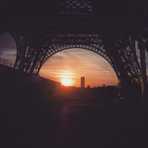 Le matin, les arcs de la #toureiffel dessinent des demi planètes sur le chemin... #sunrise #MeudonParisMeudon #paris #montparnasse #tw