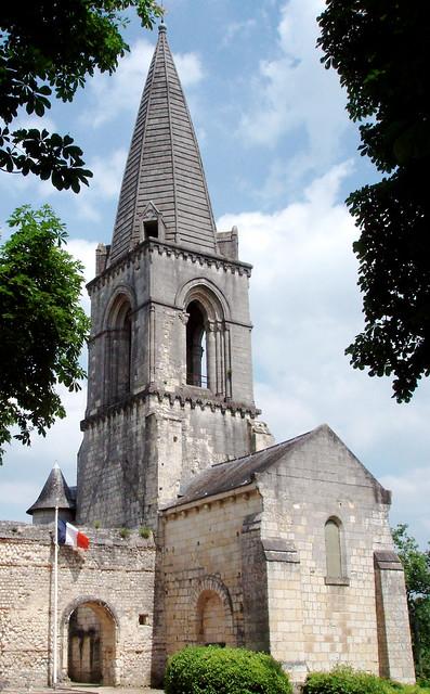 quel est ce lieu? Église Saint-Eusèbe et l'entrée du monument des cadets, Gennes, Maine-et-Loire.