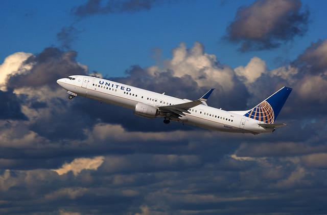 United Airlines Boeing 737-900 N38451