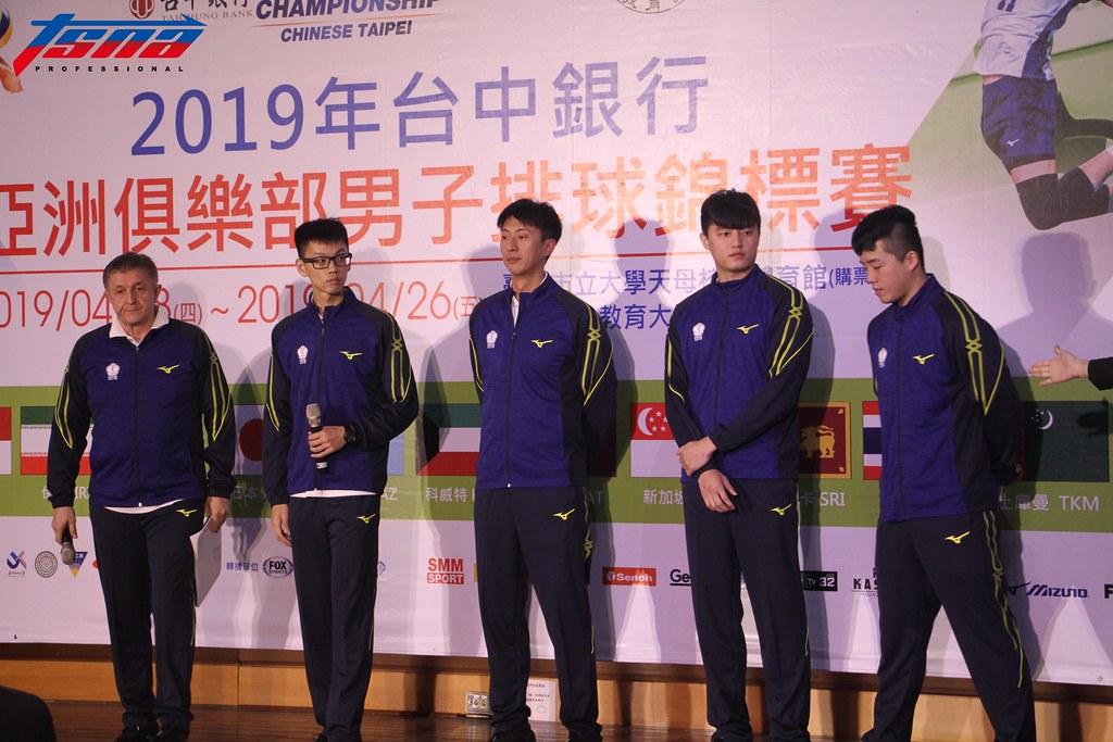 中華男排教練團及球員。(實習攝影/郭楷定 攝)