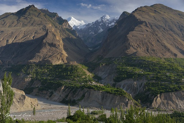 Karimabad: vue vers le Nagar et le Pic Diran, 7 266 m, au dessus de la rivière Hunza © Bernard Grua