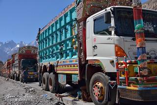 Sost, camion en attente de chargement le long de la Karakoram Highway © Bernard Grua | by Photos de voyages, d'expéditions et de reportages