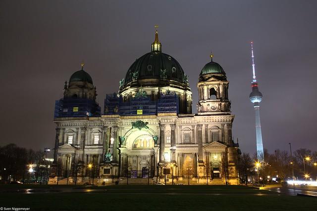 Berliner Dom mit dem Fernsehturm am 28.03.19
