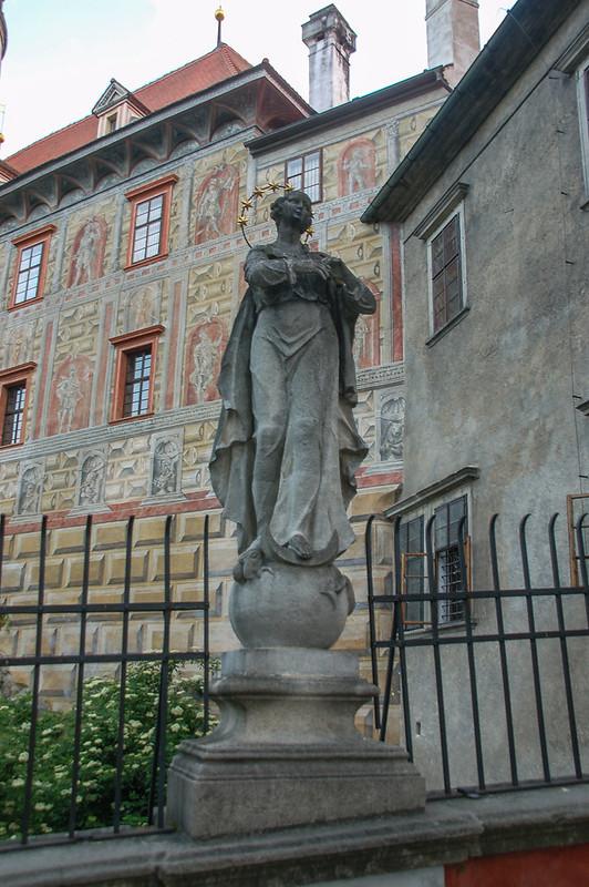 護城河上聖母瑪莉亞塑像