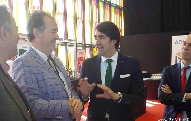 El presidente de AESCON, Juan Manuel Gómez, departe con el consejero de la Junta de Castilla y León, Juan Carlos Suárez-Quiñones.