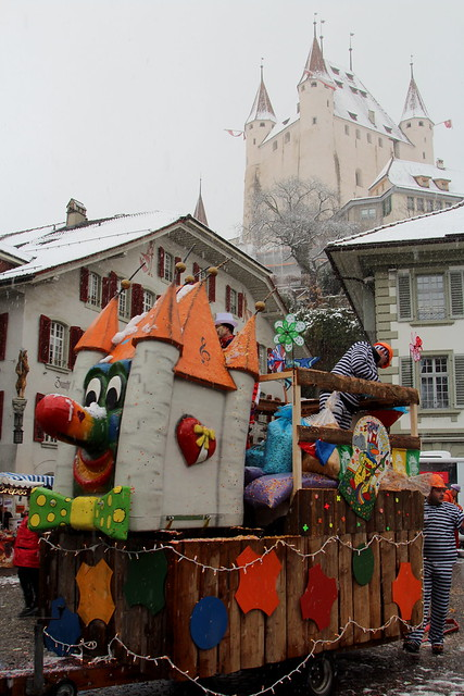 Schloss Thun ( Baujahr um 1190 durch die Zähringer - château castello castle ) in der Altstadt - Stadt Thun ( Zähringerstadt ) im Winter mit Schnee im Berner Oberland im Kanton Bern der Schweiz