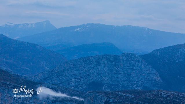 La brume, le ciel et la montagne...  The mist, the sky and the mountain ...