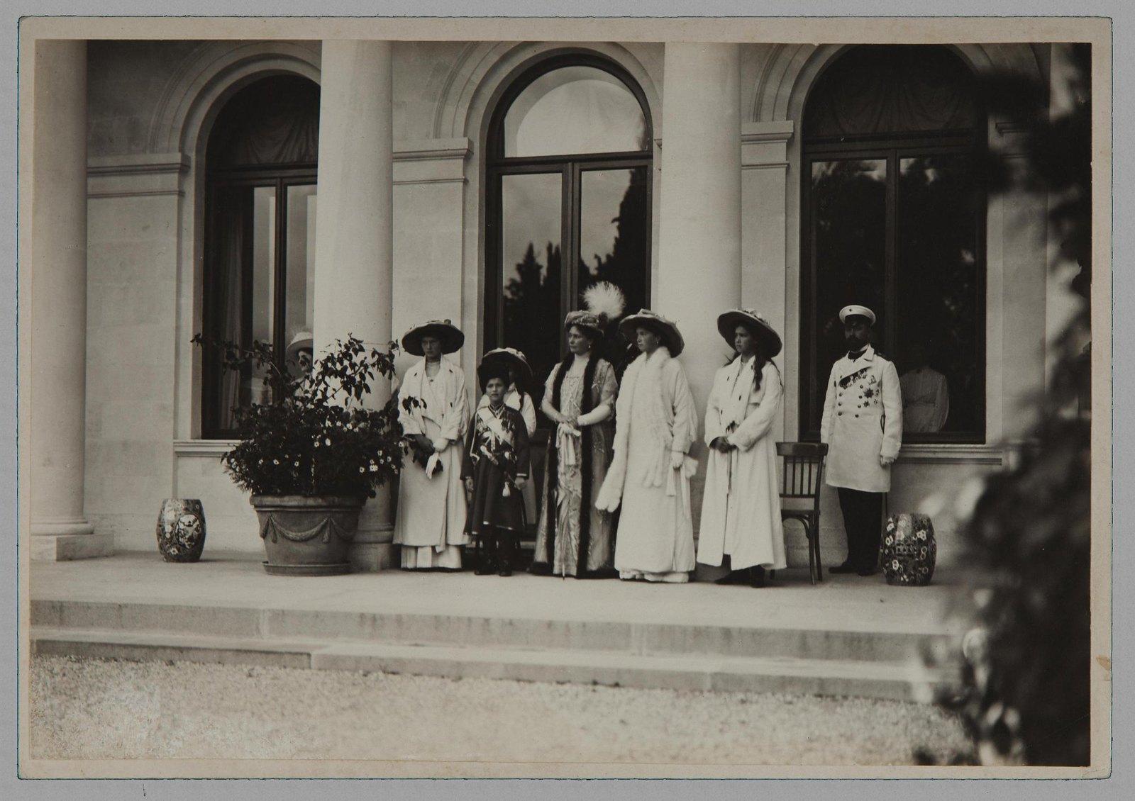 1913. Императрица Александра Фёдоровна с дочерьми и цесаревичем