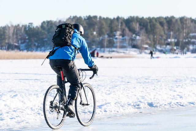 pyöräilijä Kallavedellä