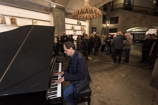 Jordi Vivancos tocant el piano del Pati de Carruatges. | by Ateneu Barcelonès