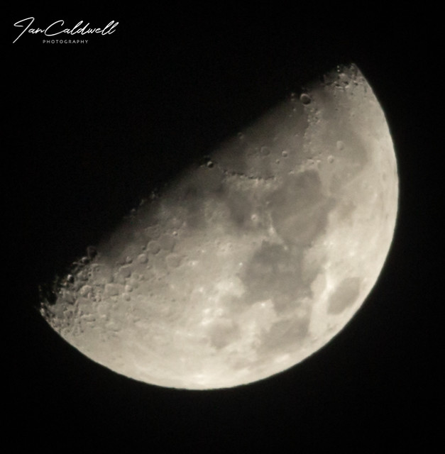 Try'ing out my new tripod i got, first shot was tonights moon with it i'm pretty impressed. 13-1-2019