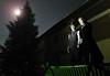 Die Träger der Billeder Dorftracht übernachten in der warmen Sommernacht im Freien