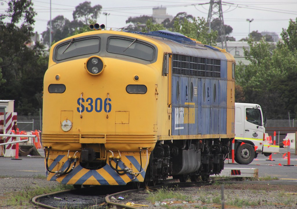 S306 stabled in the dead-end road at South Dynon by bukk05